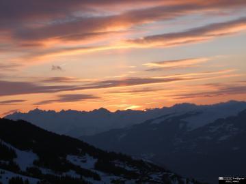 Coucher de soleil dans le Alpes en hiver.